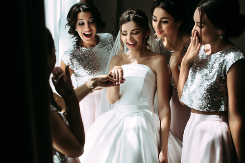 f7f20f859c01a 13、友人を巻き込んでサプライズプロポーズ!多くの人が集まってくれたことに彼女は感激