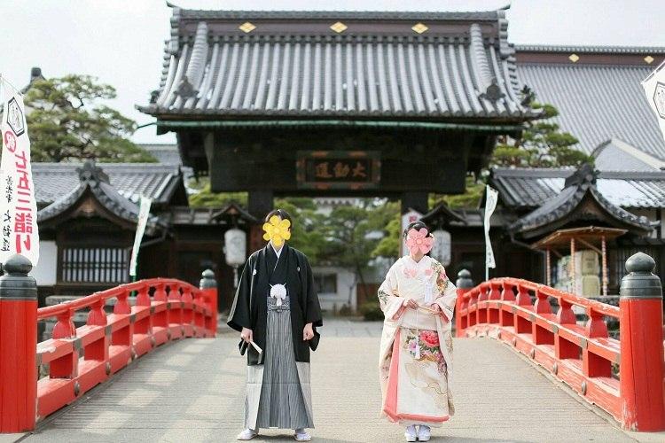 仏前式をした善光寺の橋の前での撮影は和装がぴったりの場所でした