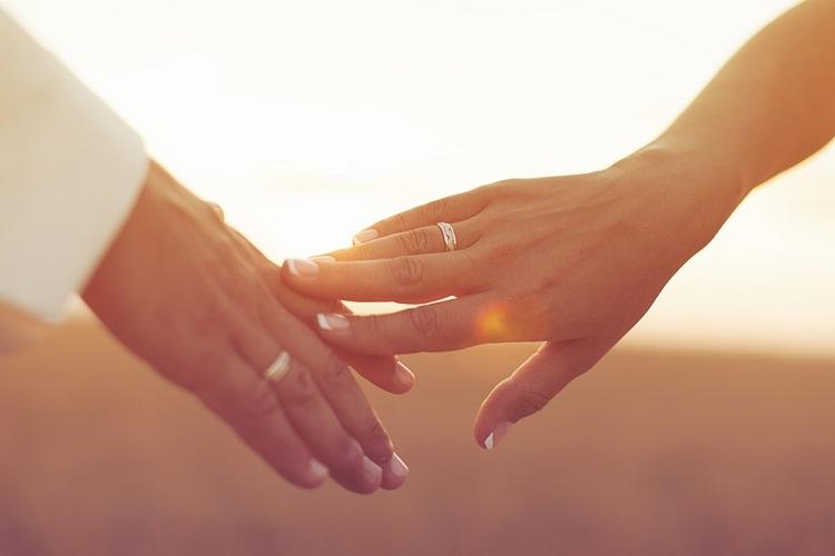 婚約指輪をつける指|左手の薬指だけじゃないって知ってた?