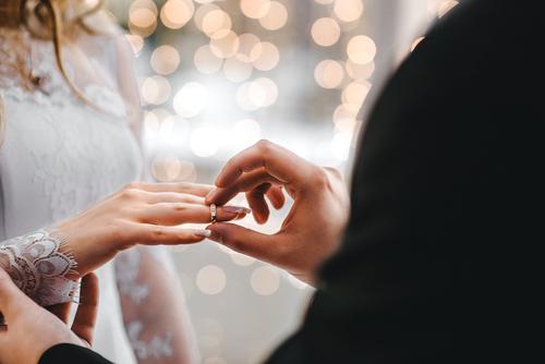 婚約 指輪 はめる 指