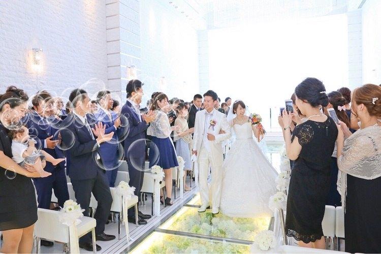 結婚式の退場はバブルシャワーを選んで皆の顔を見て緊張がほぐれた私たちは自然と笑顔に