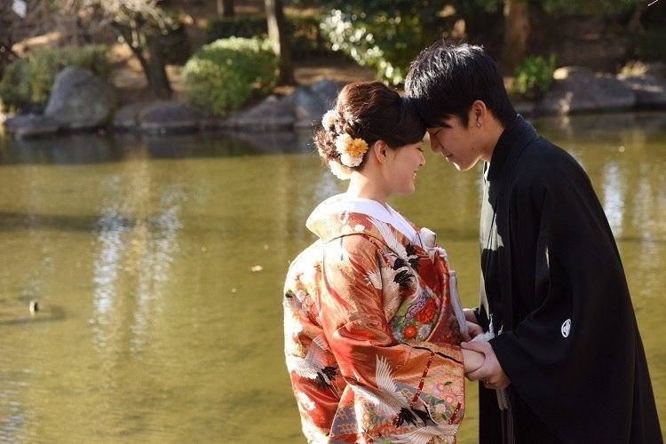 結婚式の和装前撮りのヘアスタイルは左右どちらにもお花をつけてどこから撮られてもOK