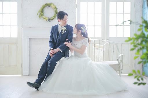 結婚式の前撮りでドレスの拡がりがかわいいお座りショット