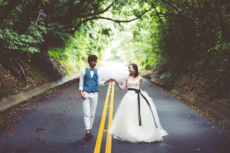 結婚式の後撮りで選んだダウンタウンのオールドパリでふたり並んだてつなぎショット