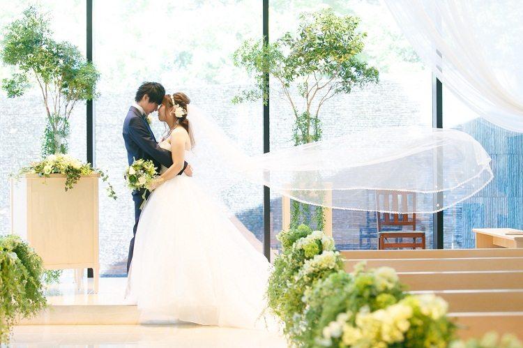 結婚式場のチャペルで定番のベールがふわっとなっているショット