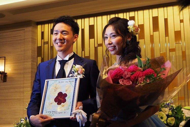 結婚式で今度は新婦から新郎へプロポーズのときのお花で作った押し花アレンジのサプライズプレゼント