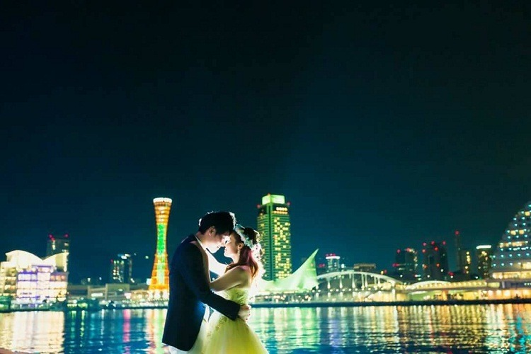 結婚式の前撮りで神戸の夜景に包まれている一番のお気に入り写真