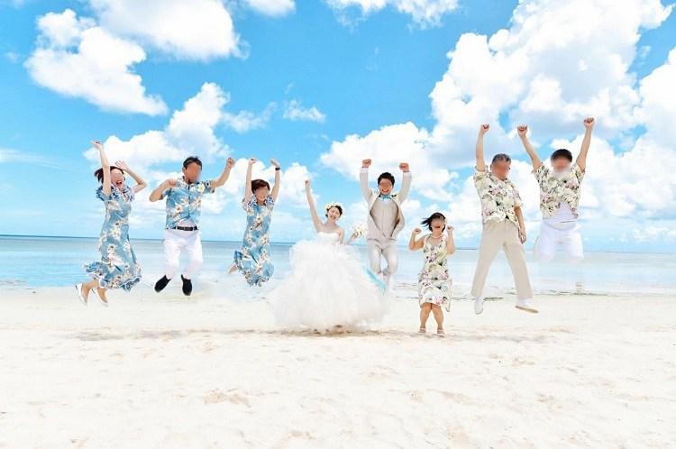 グアムの結婚式の写真の中で一番のお気に入りはビーチ前でのゲストとのジャンプショット
