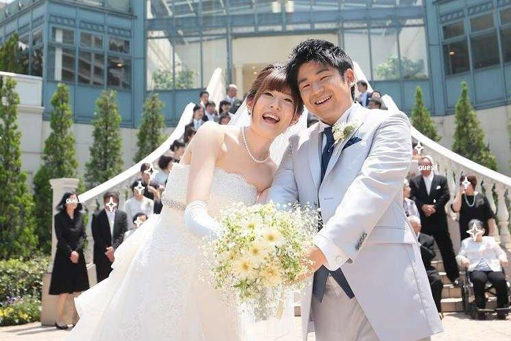 結婚式の最後は遠方から駆けつけてくれたゲスト約80名と大階段で集合写真