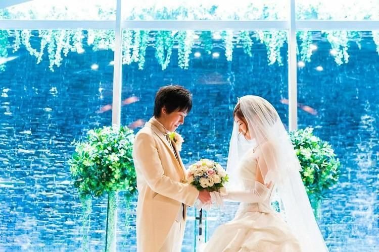 結婚式の前撮りはふたりでブーケを持って祈るように目を閉じたショット