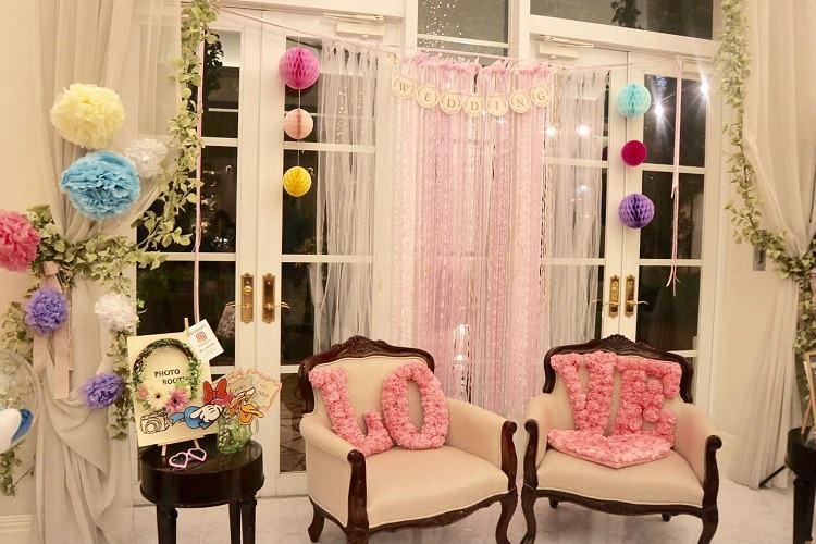 結婚式のロビーはリボンカーテンやハニカムボールで華やかに