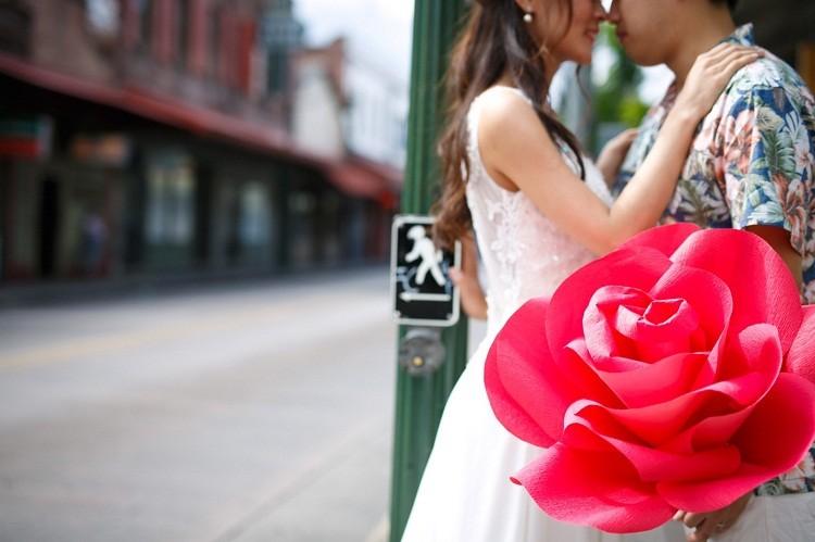 ハワイにてビッグフラワーをアクセントに結婚式の前撮り