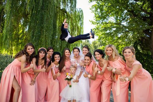 a26f1efe717 結婚式の日程について詳細が決まったら、友人知人に結婚報告を行いましょう。祝辞やスピーチなどをお願いした人がいれば、このときに口頭で打診しておきましょう。