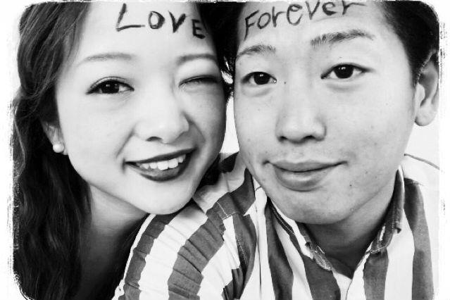 おでこに「LOVE」と書かれた新婦とおでこに「FOREVER]と書かれた新郎のアップの写真