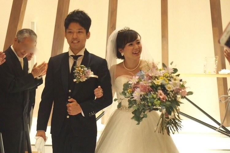 ゲストのみんなに見守られながら結婚式の退場
