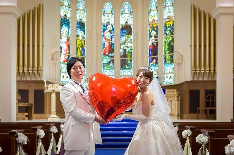 アニヴェルセル豊洲で結婚式,チャペル前撮り,ふたりのラブラブショット,赤いハートのバルーンを持って