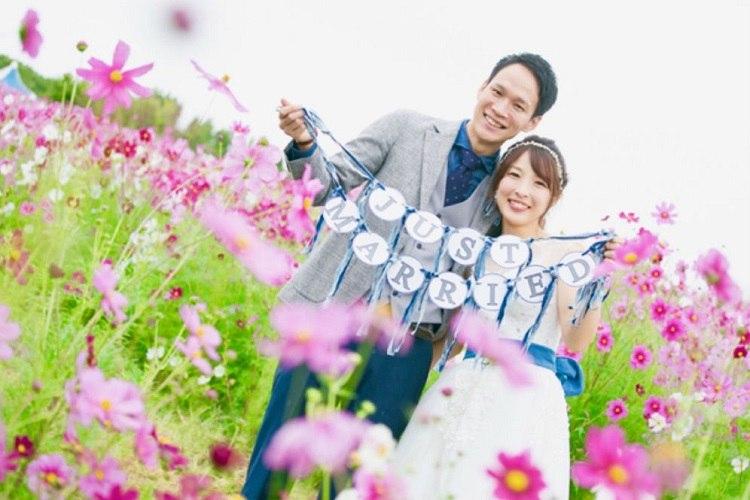 結婚式の前撮りはシンプルなガーランドと一緒に