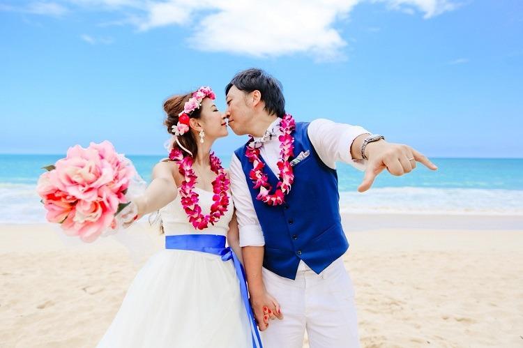 花冠とレイ、ブーケの色がピッタリな結婚式の前撮りでの鼻キスショット