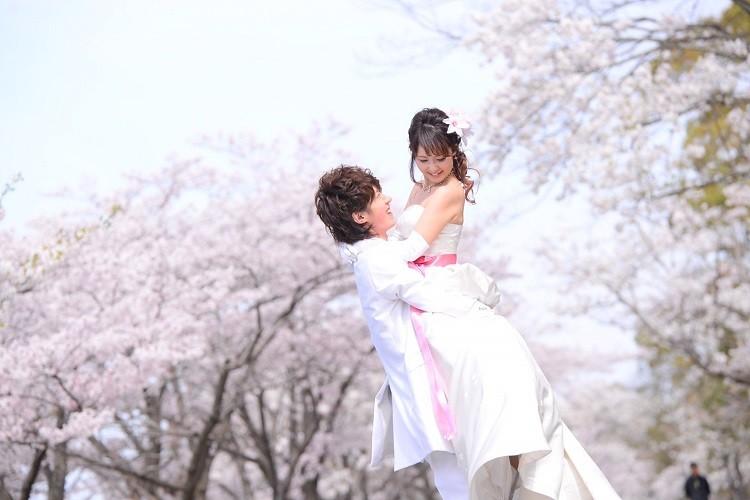 結婚式の前撮りで新郎が一番頑張った抱っこショット