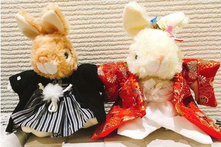 母の友人が作ってくれたうさぎのぬいぐるみの赤い色打掛と紋付袴